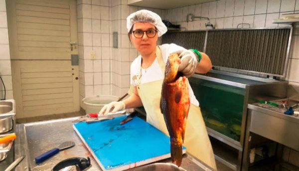Beim schlachten frauen Hühner schlachten